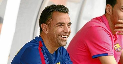 Xavi Hernández, sonriente en el banquillo del Barça.