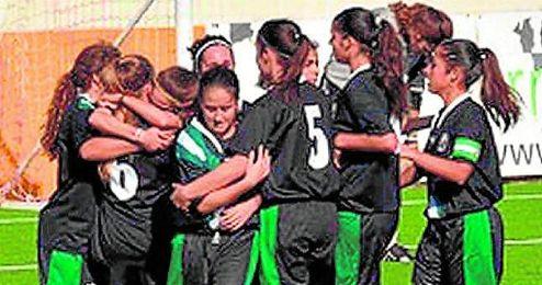 Las jugadoras de la selección sub 18 celebran el pase logrado para la segunda fase.
