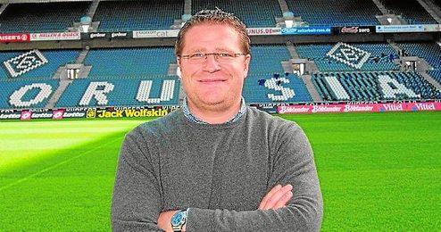 Max Eberl, director deportivo del Borussia Mönchengladbach, sobre el césped del Borussia Park.