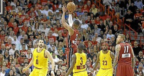 Wade se eleva entre los jugadores de los ´Cavs´.