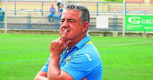 Emilio López dirigiendo a su equipo en un encuentro ante el Cabecense.