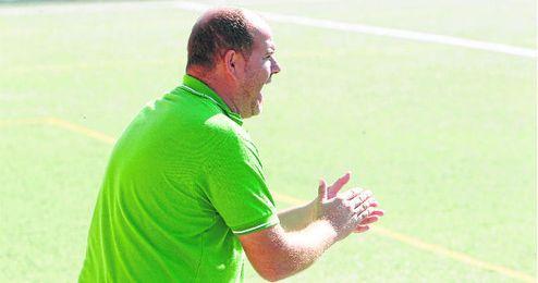 El entrenador del Coronil, Raúl Hernández, cree que su plantilla puede dar mucho más de sí esta campaña.