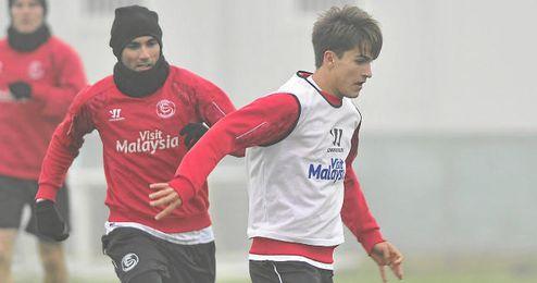 Suárez es perseguido por Reyes en el entrenamiento matutino del domingo.