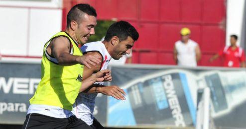 Reyes y Aspas pugnan en un entrenamiento sevillista.