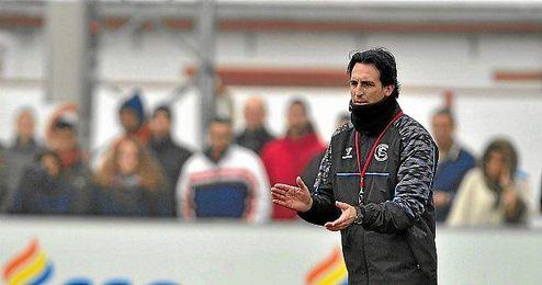 Emery dirigiendo el entrenamiento.