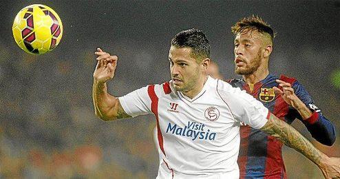 Vitolo protege el balón ante Neymar.