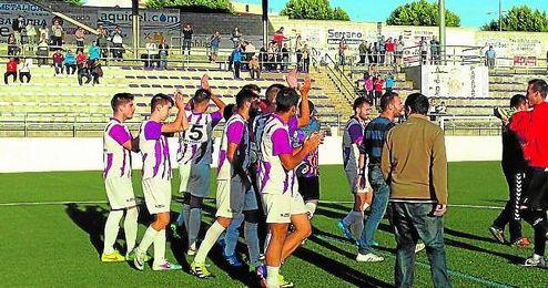 El Paradas celebra una victoria conseguida en la presente temporada; los albivioletas son segundos en la tabla.