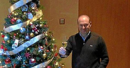 Mel posando junto a su árbol de Navidad.