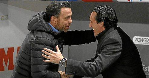 Emery y Sergio se saludan antes del comienzo.