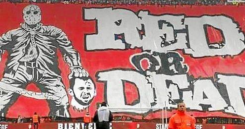 La afición del Standard desplegó una pancarta ofensiva contra Defour.