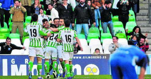 El plantel verdiblanco celebra el tanto conseguido por Dani Ceballos durante la victoria por 2-0 ante el Sabadell en el último partido disputado en el Benito Villamarín.