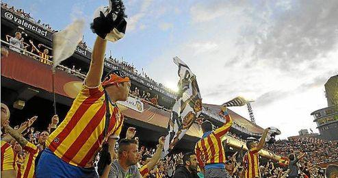 Aficionados valencianistas en el partido frente al Sevilla.