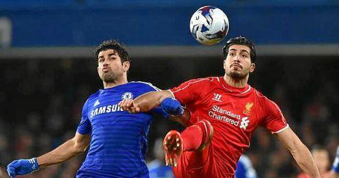 Diego Costa pugna por un balón con Emre Can.