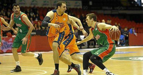 Lance del encuentro en San Pablo entre el CB Sevilla y el Valencia Basket.