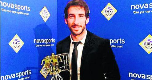 Añete, con el premio de mejor extranjero en la Segunda griega de la 13/14.