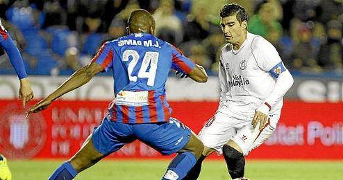 Reyes, en una acción del partido ante el Levante.