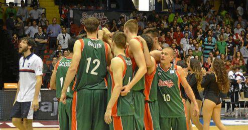 Los jugadores verdirrojos celebran el triunfo ante el Río Natura.