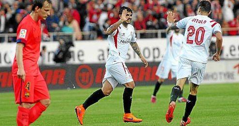 Banega celebra el 1-2 ante el Barça con Vitolo.