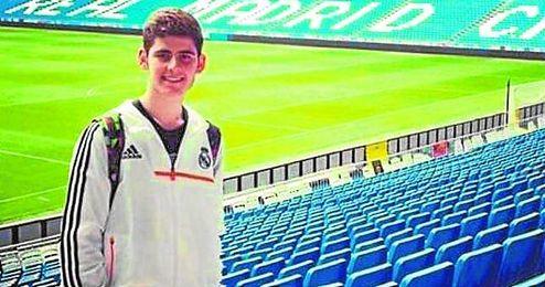 José María Cantón posa en el Santiago Bernabéu, cuando estuvo en noviembre junto a su padre.