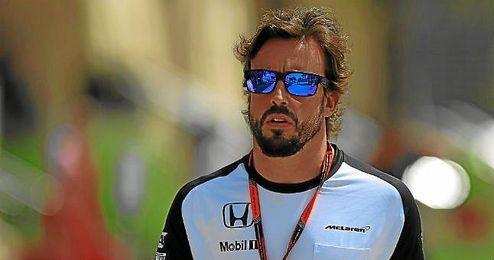 Fernando Alonso, a su llegada al Gran Premio de Bahréin.