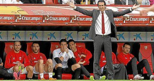 Emery abre los brazos en un lance del Sevilla-Rayo.