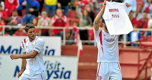 Carriço cómo Iborra dedica su gol a Pareja, más tarde, el luso también lo haría.