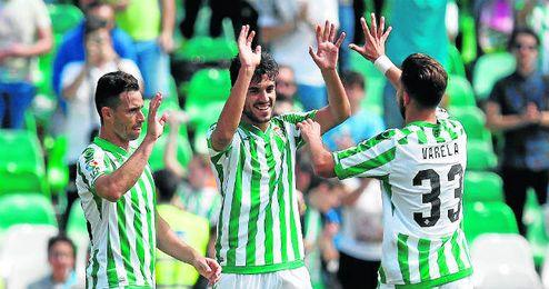 Varela, Ceballos y Castro celebran un gol en el Villamarín.