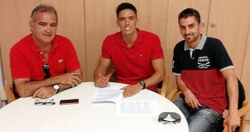 En la imagen, el central Martínez estampando su firma.
