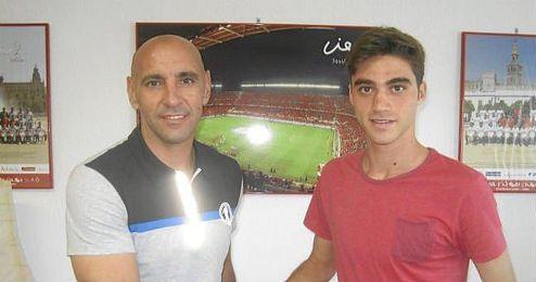 David Carmona junto a Monchi tras firmar su renovación.