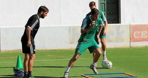 Van der Vaart, en el entrenamiento de esta mañana realizando trabajo específico junto a Fran Molano.