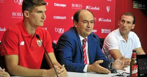 Arias, junto a Castro y Andreolli en sala de prensa.