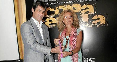 Mercedes Vázquez poniéndole la primera pulsera solidaria a José Luis David Guevara García.