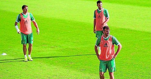 Dani Ceballos regresó ayer tras jugar con la selección sub 21, Van der Vaart ya está recuperado de su lesión, y Joaquín, cada vez en mejor forma física.