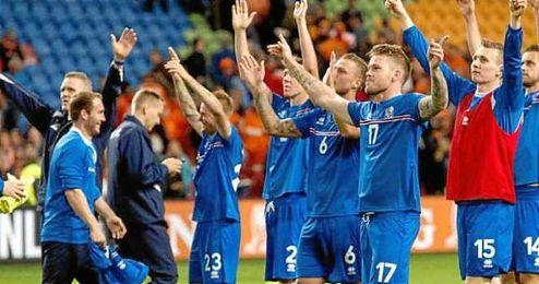 Los jugadores islandeses celebran la clasificación para la Eurocopa de Francia.