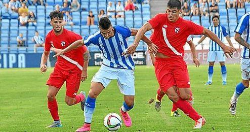 Lance del partido entre el Recre y el Sevilla Atlético.