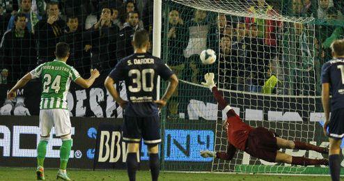 Rubén Castro falla un penalti ante Willy Caballero.