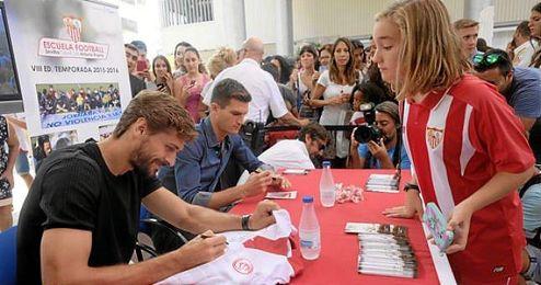 Llorente y Andreolli, rodeados de muchos aficionados en Nervión.