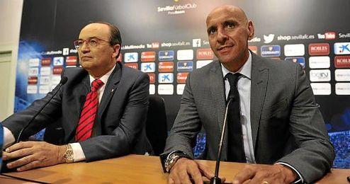 Monchi, junto a José Castro en la rueda de prensa de su renovación.