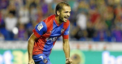 Verza celebra su gol de falta directa ante el Celta.