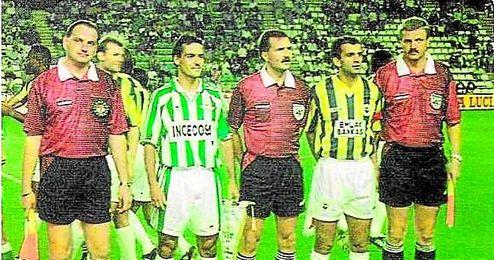 Los capitanes de Betis y Fenerbahçe antes de la vuelta de su eliminatoria europea de 1995.