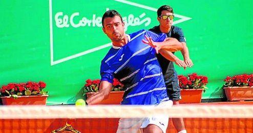 En la imagen, el tenista vasco Iñigo Cervantes, en un momento de su partido.