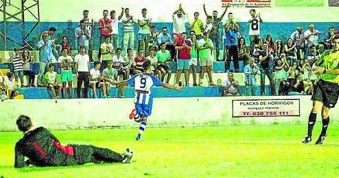 El atacante pileño Bueno celebra el 3-0 frente al Lora ante una entregada afición blanquiazul.