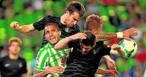 Braian Rodríguez pelea con hasta tres jugadores de la Real Sociedad en el último precedente.