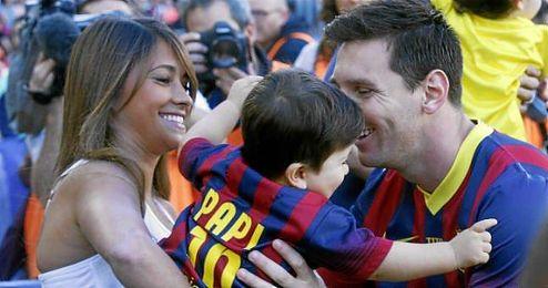 El argentino con su mujer, Antonella Rocuzzo y su primer hijo, Thiago.