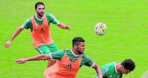 En la imagen, Tarek roba un balón aéreo a Rennella bajo la atenta mirada de su compañero Figueras.