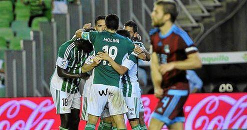 Los jugadores verdiblancos festejan el gol ante la Real Sociedad.