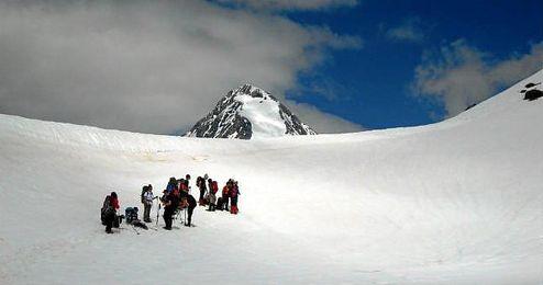 El desprendimiento de nieve tuvo lugar hacia las 12.00 hora local (10.00 GMT).