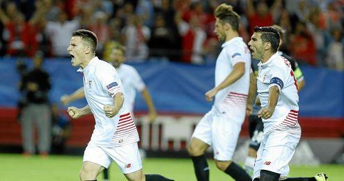 Gameiro celebra el primer gol del Sevilla.