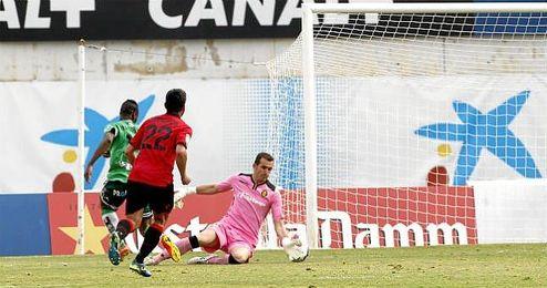 Imagen de Cendrós defendiendo en una jugada del Mallorca-Racing.