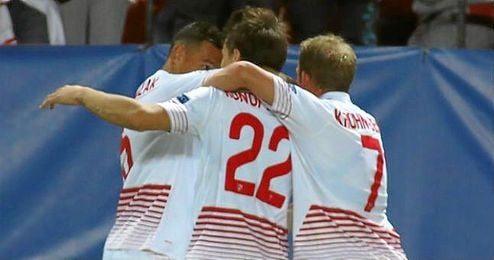 Konoplyanka celebra su gol al Borussia junto a sus compañeros.